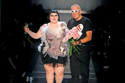 Beth Ditto på catwalken med Jean Paul Gaultier.