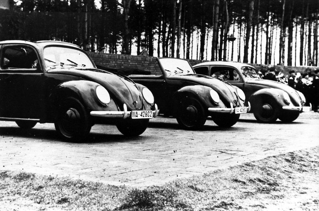 Volkswagen Beetle och Beetle Cabrio 1938, ståendes på grunden till vad som skulle bli Wolfsburg-fabriken.