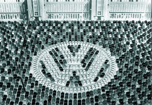 Volkswagen firar en miljon tillverkade Beetle. Året var 1956.