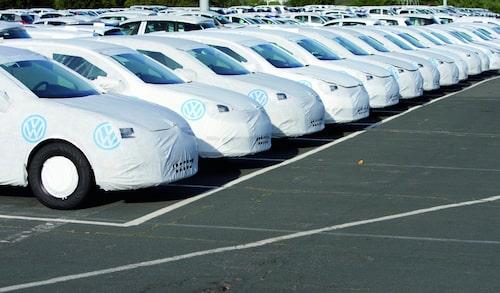 Bilar vid Wolfsburg-fabriken redo för leverans.