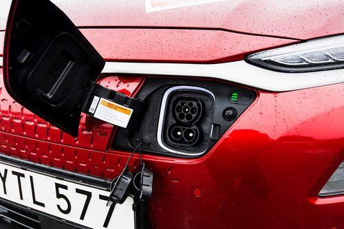 Det är batterierna i Hyundai Kona Electric som riskerar att kortslutas, något som kan leda till brand. Därför återkallas modellen.
