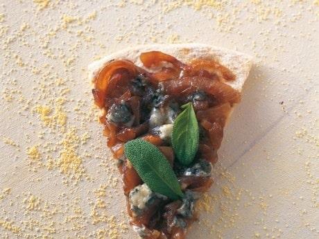 Pizza med lök- och ädelosttopping