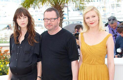 """Lars von Trier med """"Melancholia""""-stjärnorna Charlotte Gainsbourg och Kirsten Dunst."""