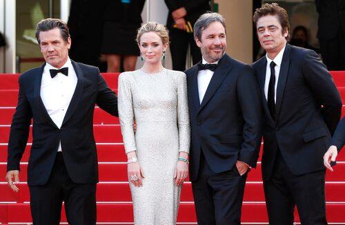 """Emily Blunt på röda mattan med """"Sicario""""-gänget Josh Brolin, Denis Villeneuve och Benicio Del Toro."""