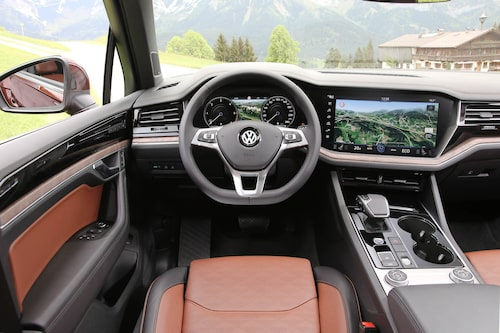 """""""Innovision Cockpit"""" integrerar 12 tums TFT-skärm framför ratten med en 15 tums tryckkänslig skärm i mitten."""