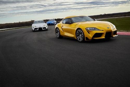 Den gula bilen är den fyrcylindriga varianten – GR Supra 2.0.