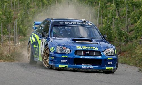Olivers pappa, Petter Solberg, blev i en Subaru Impreza WRX STi världsmästare i rally 2003. Här ses han ta en vänsterkurva under Rally Tyskland där han slutade åtta, hans sämsta placering under världsmästaråret.