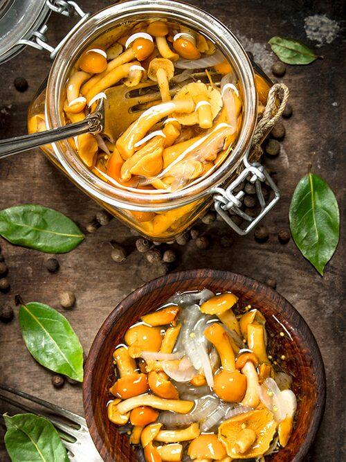 Picklad svamp passar perfekt som ett syrligt tillbehör till de flesta rätter.