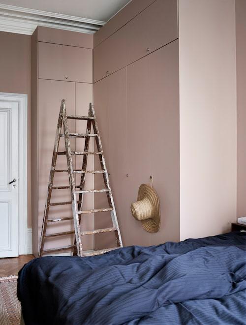 Högt i tak ger gott om förvaring, men kräver sin rejäla stege! Dörren strax intill leder in till badrummet.