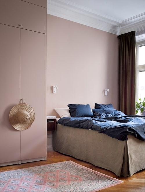 Sovrummet målades i en lugn, pudrig nyans för att ge ro i rummet. Sängkappan i linne ger en känsla av hotellyxig sovkomfort (och döljer effektivt lådor under sängen). Sänglampor, Clas Ohlson.