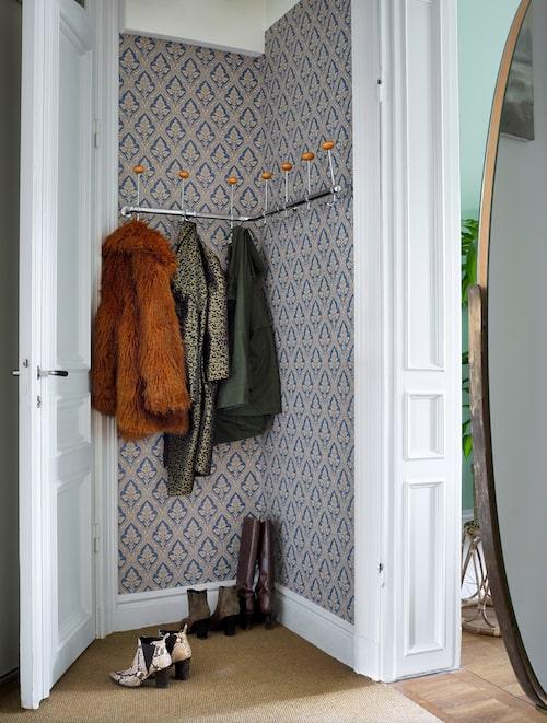En sisalmatta i hallen fångar upp grus innan det letar sig in i hemmet. Retrokapphängaren fanns i lägenheten när Camilla flyttade in.