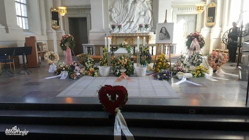 """Ebbas begravning hölls i Adolf Fredriks kyrka. """"Ebbas pappa hade valt kyrka och även sett ut gravplatsen för Ebba. Hon ligger i det soligaste området på kyrkogården och precis bredvid Thor Modéen, så jag tror att de har ganska roligt ihop"""", skriver Jeanette."""
