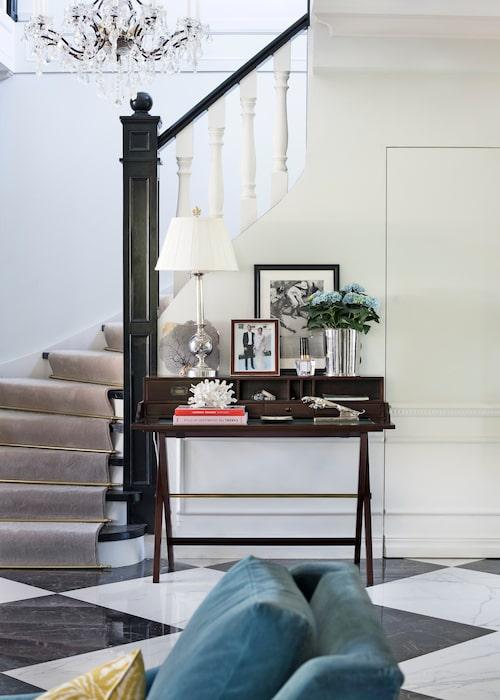 Caroline har skapat precis en sådan trappa hon drömde om, i sann Gatsby-anda. Sekretär från Eichholtz/Newport.
