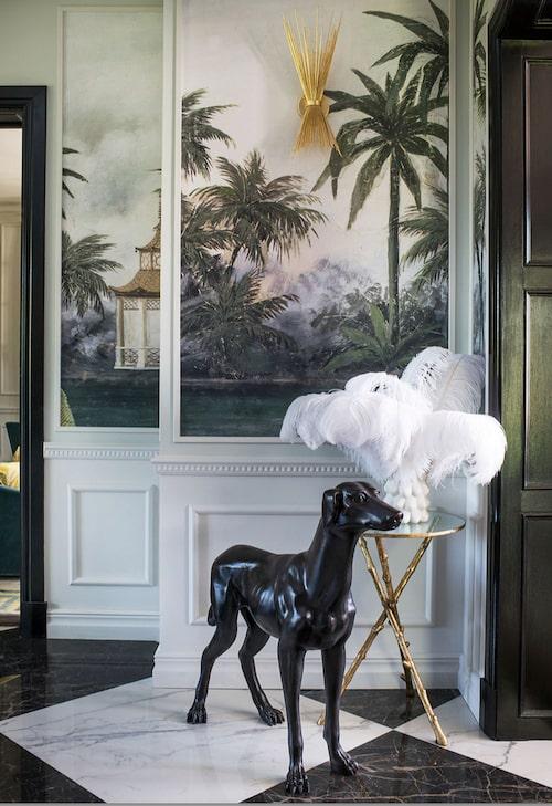 Den engelska bronshunden vakar över hall och matsalen innanför.