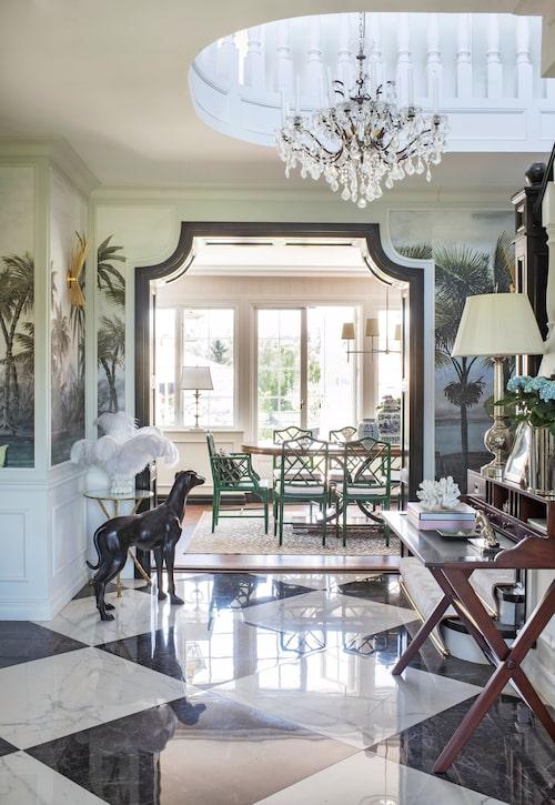 Här syns Carolines kärlek till kolonialstilen. Inspirationen kommer från Ritz-Carltons lobby i Budapest. Tapet, Ananbo. Takkrona, Restoration hardware.