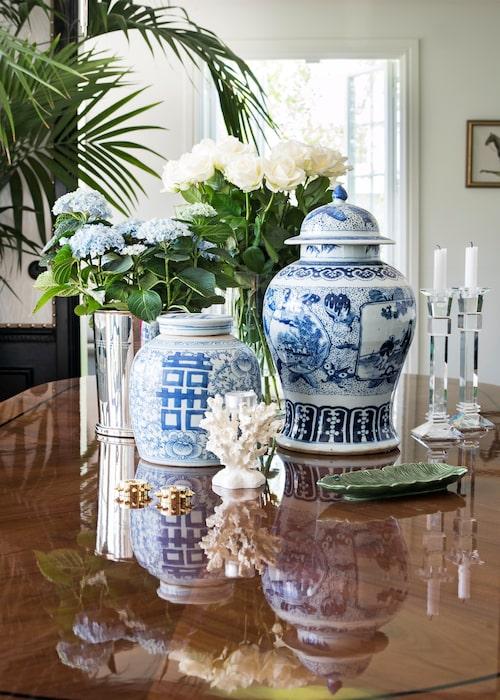 På matsalsbordet står två urnor köpta i en antikaffär i Stockholm, champagnehink från Ralph Lauren agerar blomkruka. Ljusstakar, Zara home.