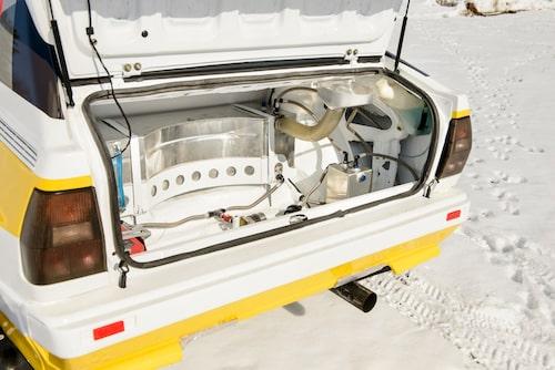 Bageutrymmet upptas till största delen av en 55 liters säkerhetstank att frakta bensinen i.