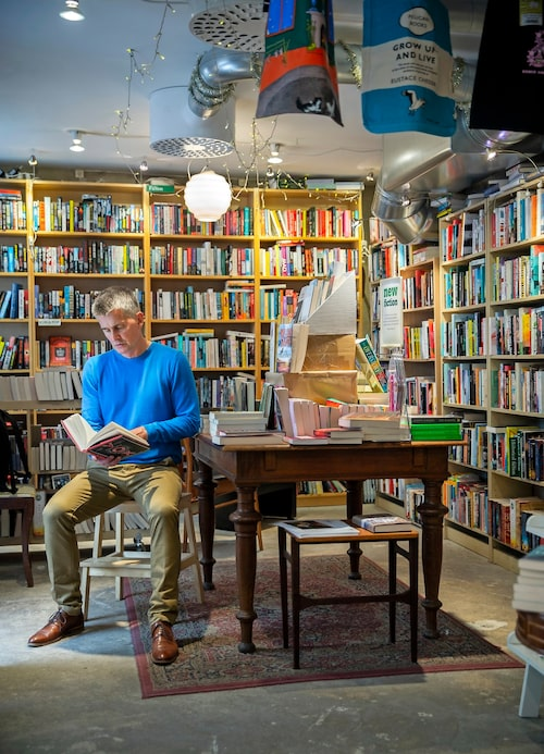 """Pekka läser enormt mycket och köper ännu fler böcker, """"så jag ligger hela tiden efter, men jag blir inte stressad av det"""". En favorit är The english book- shop på Södermannagatan 22. """"Det är lite prångigt så där, och det gillar jag. Det har ju visat sig nu när de stora kedjorna tar över hela världen med näthandel, att det poppar upp små specialiserade boklådor. Jag tror folk vill ha det."""""""