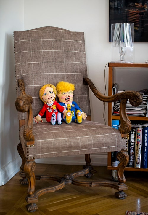 I en ärvd och omklädd fåtölj sitter strävsamma kombattanterna Hillary Clinton och Donald Trump i form av hundleksaker som Pekka och Erik hittade i New York strax före presidentvalet 2016.