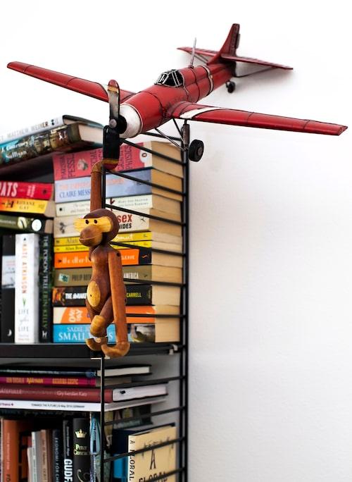 Kay Bojesens apa i stilig hängstil. Modellflygplanet en inflyttningspresent från mycket beresta och goda vänner.