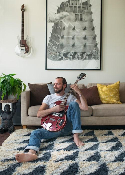 Här i vardagsrummet letar sig eftermiddagssolen in genom burspråket. Tavlan är en stor blyertsteckning av konstnären Olof Inger, och var omslag på en Teddybearsskiva.
