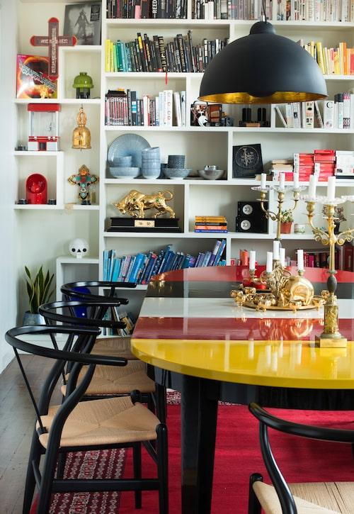 Vid matsalsbordet vill Klas återskapa känslan av söndagsmiddagarna hemma hos farmor. Bordet är likadant till formen som det hon hade, fast Klas har låtit lackera sitt i stora färgfält. Stolarna är Wegners Y-stol.