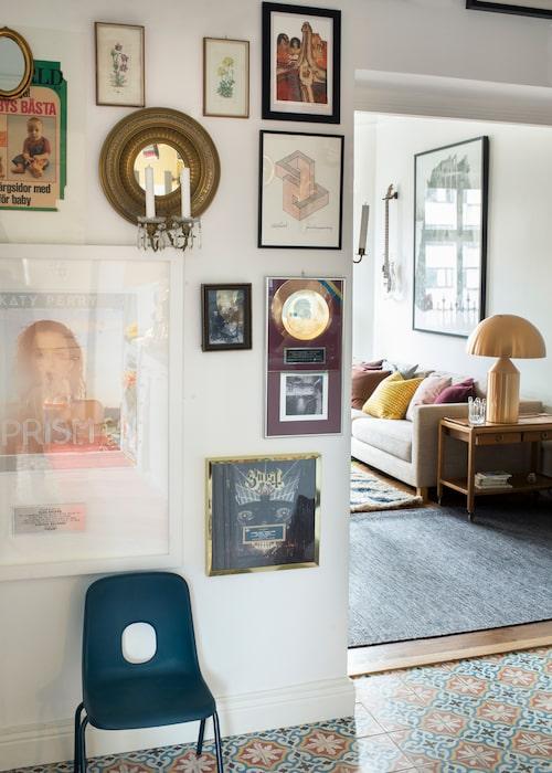 På hallväggen har Klas samlat minnen och saker han är stolt över. Längst ner till höger hänger en guldskiva han fått med metalbandet Ghost, som han är producent åt. Längst upp till vänster syns ett klipp ur tidningen Min Värld från 70-talet, med Klas som barnklädesmodell.