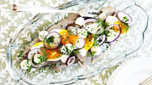 Sill, smörgåskaviar, ägg och ansjovis är smaker som verkligen passar ihop.
