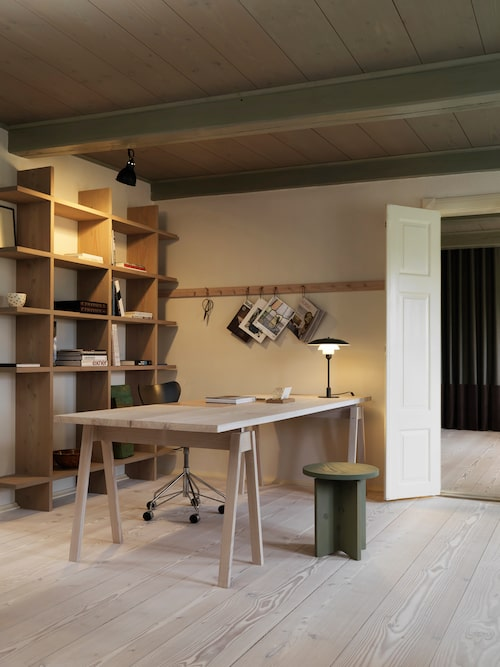 I arbetsrummet är både knopplist och bokhylla tillverkade i douglasgran från Dinesen.