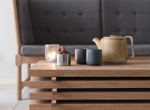 Tremmesoffan av Børge Mogensen för Fredericia, specialbyggt soffbord i Dinesen-ek, skål, Stelton och keramik från Bornholm.