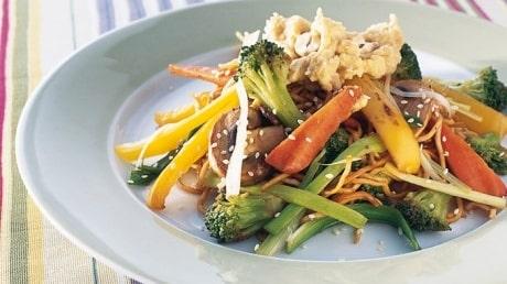 Recept på vegetarisk wok med nöthummus.