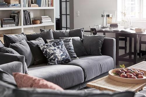 Ett vardagsrum där kvadraten är utnyttjade till max – både på höjden och bredden.