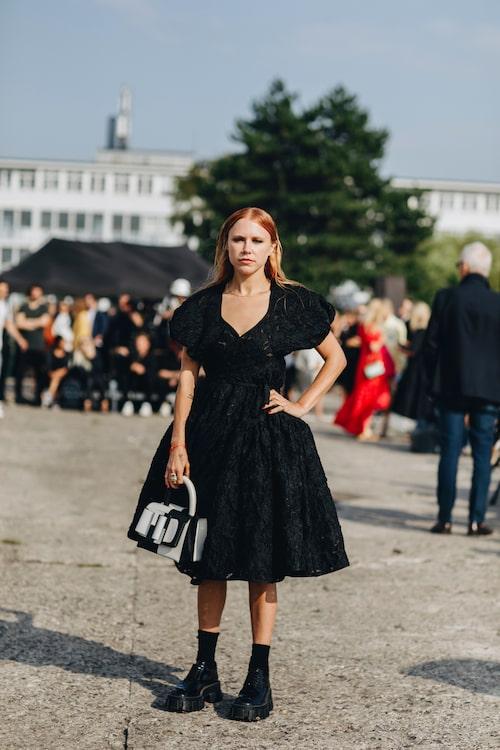 """Gröva kängor och hård sminkning kompletterar klänningens """"gulliga"""" former."""