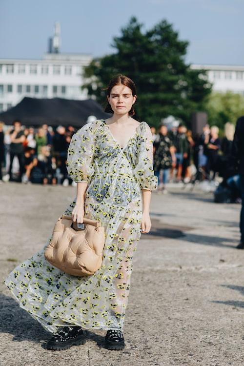 Blommig klänning, boxig väska, grungeskor och underkläder som syns igenom är den perfekta blandningen mellan rått och sött.