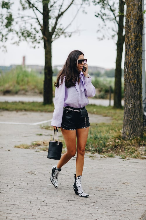 Enkelt och snyggt - lösa ärmar, instoppat i shortsen, och intressanta boots.