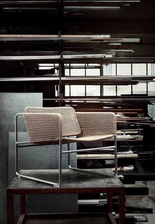 Fåtölj av klarlackat papper och lackat stål. Fåtöljen har en handvävd sits av slitstark pappersfiber som gör varje möbel unik. Naturfärgad/grå, 1 495 kronor.