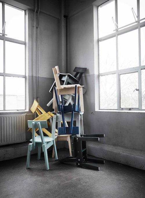 Stolen finns i färgerna natur, ljusgrå, grönsvart, ljus grågrön, mellanblå och gul.