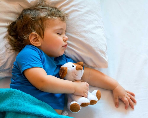 I Stanna-kvar-sättet är den vuxne kvar i rummet tills barnet har somnat eller accepterar att föräldern går ut.