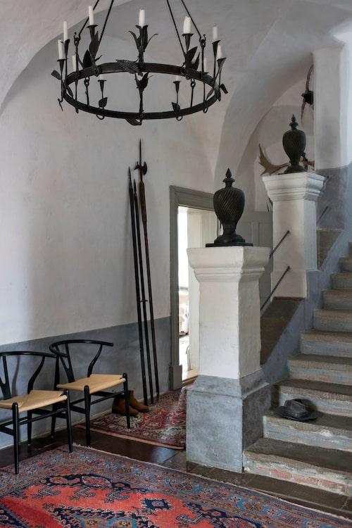 rapphuset med kryssvalv ser ut idag som det gjorde byggåret 1644, men Lennart Aschenbrenners bronshatt (på trappsteget) hamnade här senare, liksom ljuskronan i smidesjärn av Ivan Dahlstrand. Lansarna lutade mot väggen ingick i slottsköpet.