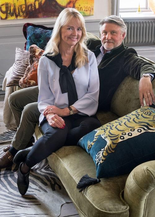 """Elisabeth och Lars Norman har renoverat många kulturhus i jobbet, men att privat ta sig an ett 20-rumsslott med """"stort renove-ringsbehov"""" var inget de planerat. (Kuriosa: På vinden har Lars 40 årgångar Sköna hem, han har sparat alla nummer från starten 1979."""