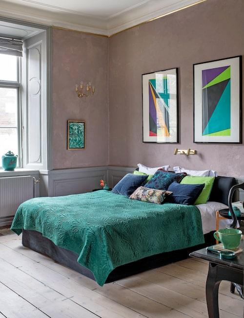 Alla golv är 1600-talsoriginal utom i köket. Väggar och bröstpaneler restaurerades och målades med linoljefärg, bränd umbra respektive grön umbra, från Gysinge. Vägglampa, Josef Frank, litografier av Olle Bærtling, säng Dux, överkast, Åhléns, kuddar, Oscar & Clothilde. I fönstret Argentaskål med lock, Wilhem Kåge, i förgrunden skrivbord från Ikeas 1700-talsserie.