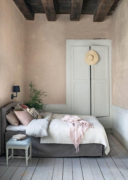 Dottern Kristinas rum är målat med matt linoljefärg från Gysinge, i kulören obränd umbra. Antik gustaviansk pall, sent 1700-tal, säng, Mio, överkast och pläd, Lexington, sänglinne, H&M Home, kuddar, Oscar & Clothilde.