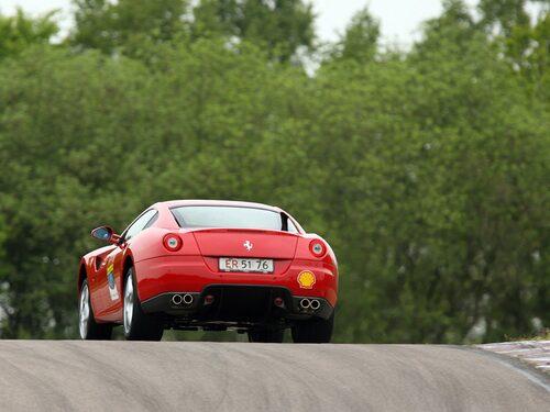 Visst, banarbete i all ära, men 599 GTB Fiorano gör sig allra bäst utanför racingstaketen.