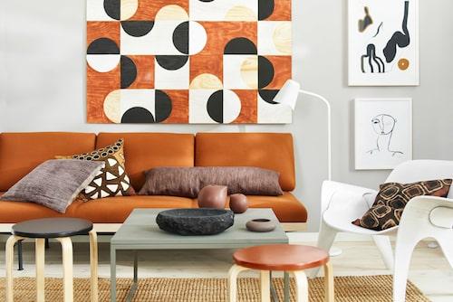 Väggfärg Tender, Caparol by Sköna hem. Plywoodskiva, Fredells. Pallar Frosta, Ikea, med lackad sits i kulörerna Granit 5 & Lachs 100, Caparol