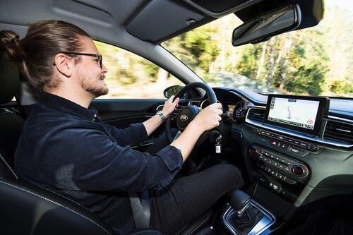 Robin Törnros bakom ratten i nya Kia Ceed Sportswagon.