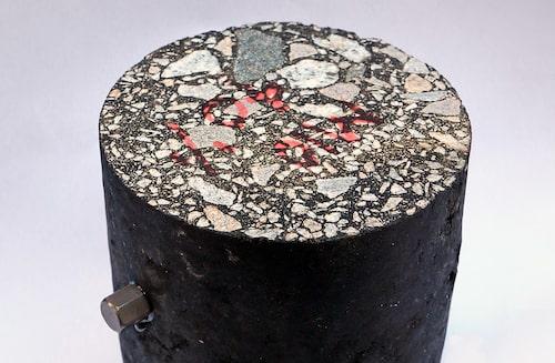 En bit asfalt med elektrisk ledning av den typ som det forskas om.