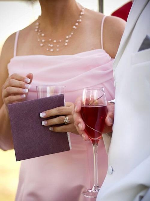 Att promenera runt med ett glas svalkande i handen och svara på frågor om brudparet gör minglandet så mycket enklare.