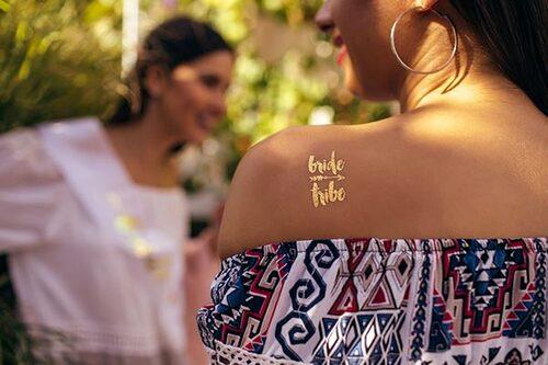 En uppskattad idé är att skapa egna gnuggisar som gästerna kan tatuera varandra med.