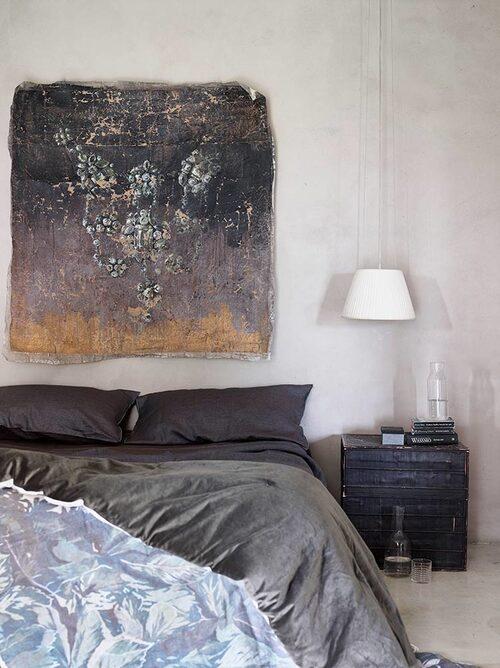 Sängkläderna är i egyptiskt linne, Orizzonte, överkast och konstverk från Eva Germani, lampa, Philippe Starck/Flos.