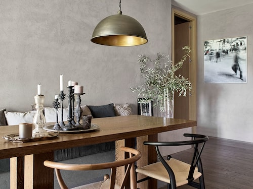 Matbordet i wenge ritade Hanne Poli och lät tillverka i Amsterdam för 22 år sedan. Stolar, Hans Wegner. Taklampan i plåt köpte hon i Trevignano Romano. Konstverket på väggen är av Cristiano de Matteis.